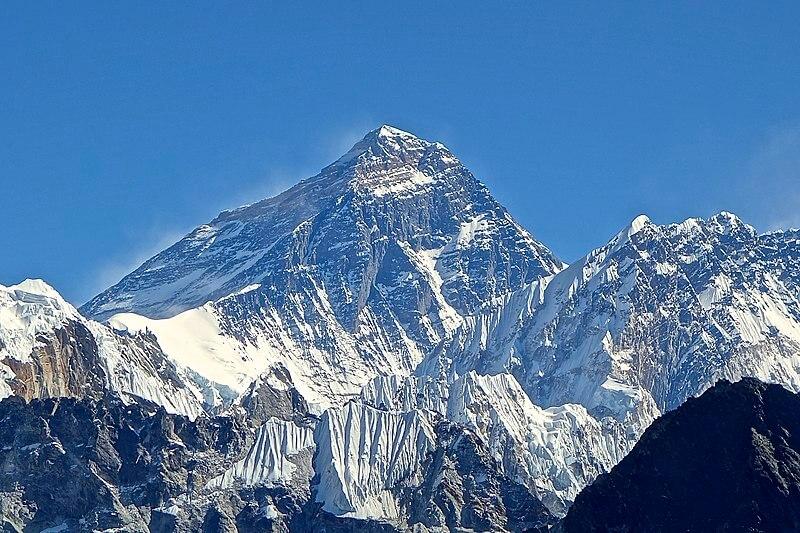 Bergkette mit Gipfel